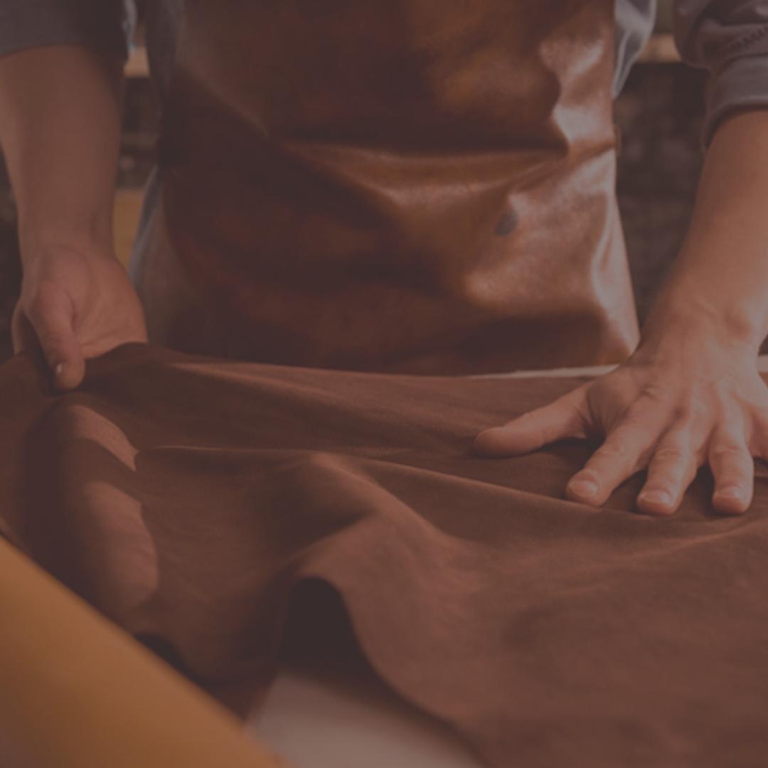 El proceso de fabricar zapatos con materiales de la mejor calidad.