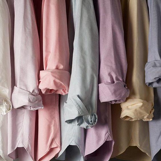 • Camisas. si tu trabajo te exige ir en traje todos los días, será necesario que tengas al menos una para cada día. Si no es así, con un par de ellas bastará. Escoge un color neutro como el blanco, el azul o el negro para que no tengas problemas a la hora de combinarlas. • Camisetas. Utiliza camisetas básicas también de colores neutros que combinen con el resto de prendas de tu armario, como pueden ser blancas, azul marino o grises. Aunque no estaría mal que tengas alguna camiseta diferente para darle un toque de personalidad a tus looks. • Jerséis. Son muy versátiles, ya que puedes utilizarlos con traje y también con looks más sencillos del día a día junto con vaqueros. Invierte en jerséis de calidad y atemporales ya que de esta manera podrás darles uso durante un largo tiempo.